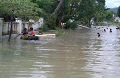 seorang ibu yang lagi mencoba melawan banjir