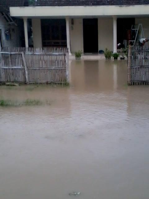 gambar rumah kerabat yang diintai banjir  sumber pict : wahyudi rapper