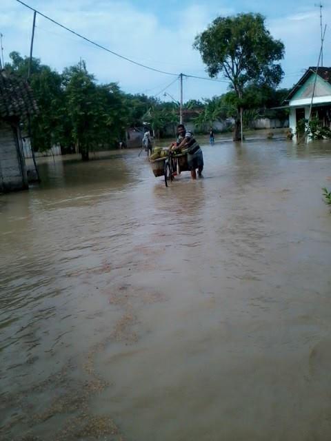 salah seorang warga kenongosari yang mencoba menerobos derasnya banjir pict : wahyudi rapper