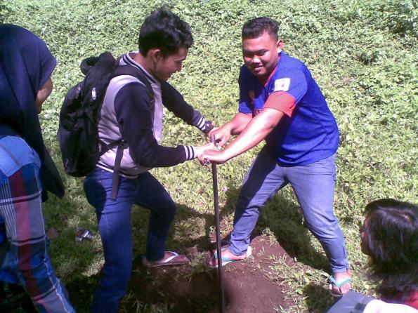 proses pengambilan sampel tanah dengan bor